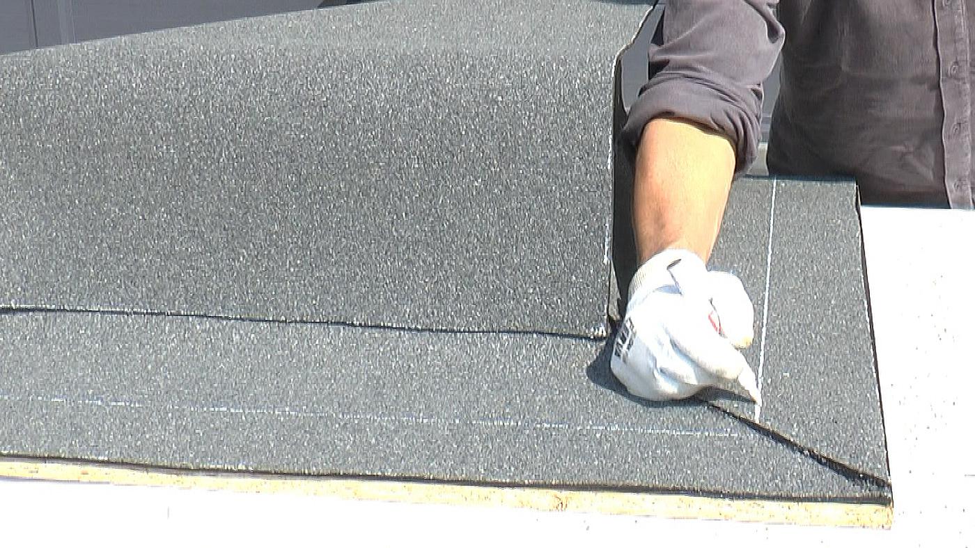 Označení linie při pokládání asfaltových pásů v rohu