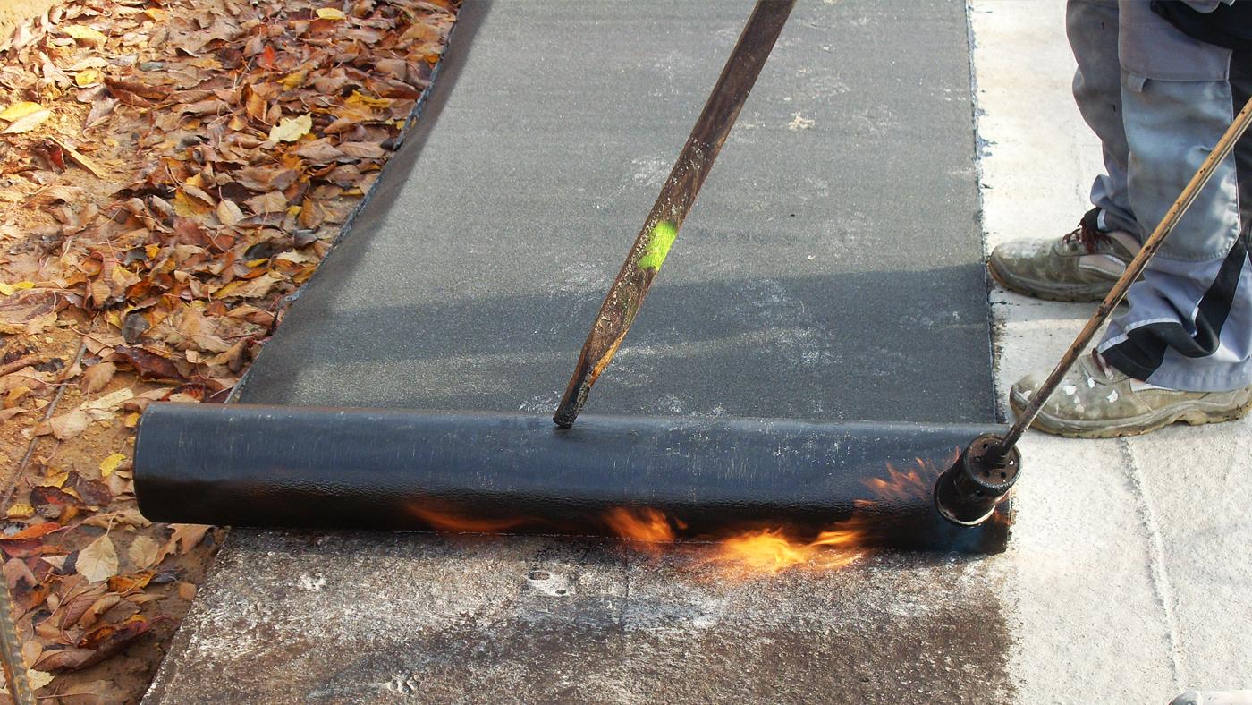 Natavování asfaltových pásů